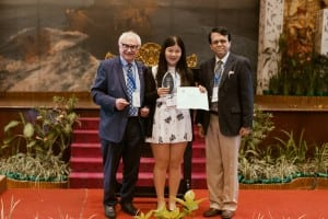 Ern-Chun Hong (Taiwan) receives her award